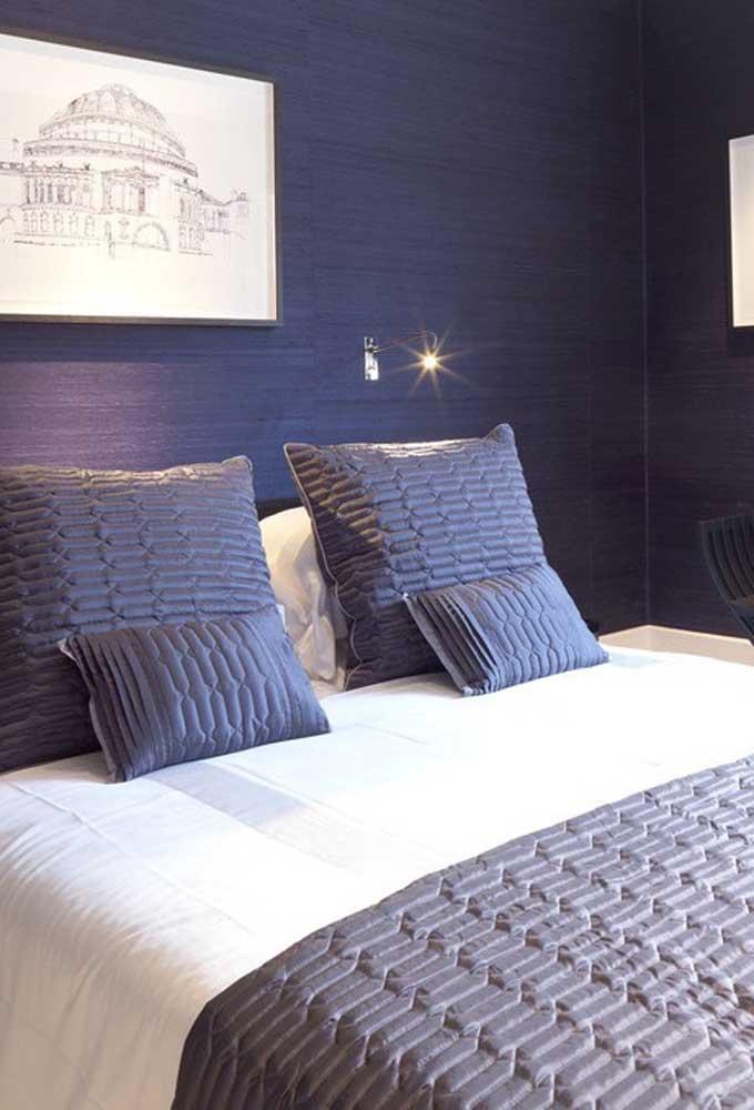 Mais um modelo de quarto roxo com as paredes combinando perfeitamente com o jogo de cama.
