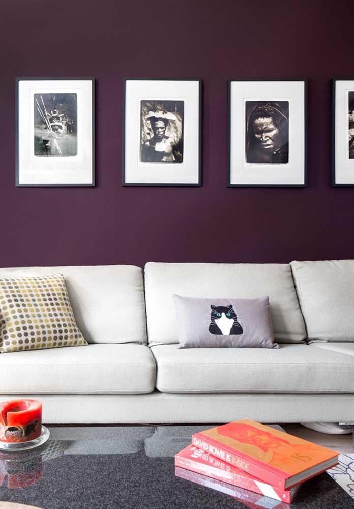 O sofá branco consegue fazer com que a parede roxa se destaque ainda mais no ambiente da sala de estar.