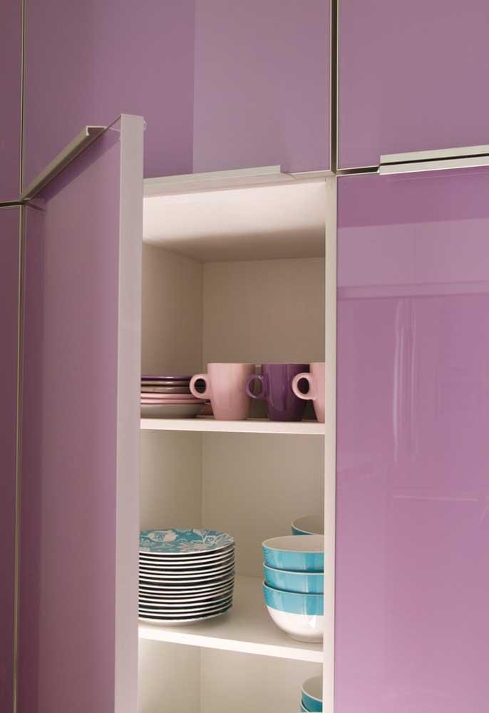 Já pensou em apostar na cor roxa para fazer os armários da sua cozinha?