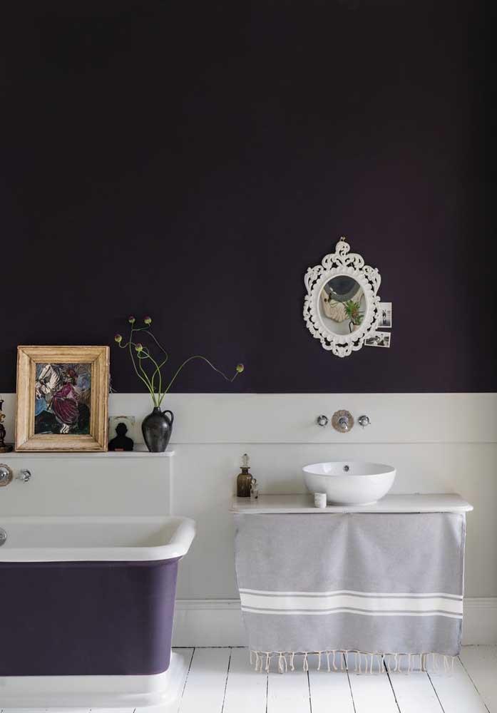 Que tal transformar o seu banheiro em um ambiente no estilo de reis e rainhas? Basta inserir a cor roxa na parede e investir em elementos decorativos que fazem referência a esse momento.