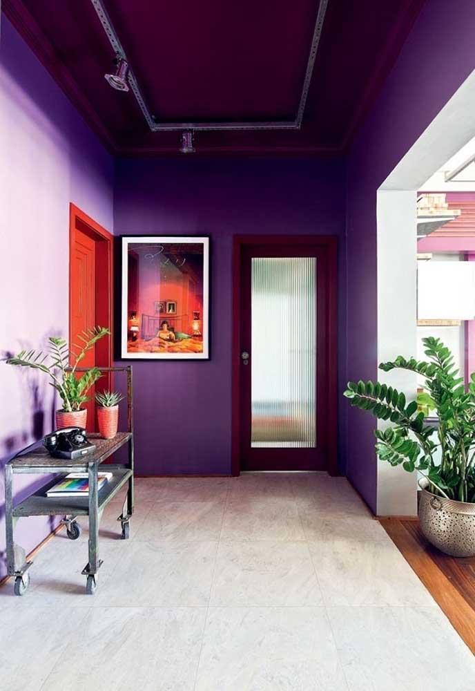Quer ousar na decoração da sua casa? Aposte nos vários tons de roxo tanto no teto quanto nas paredes.