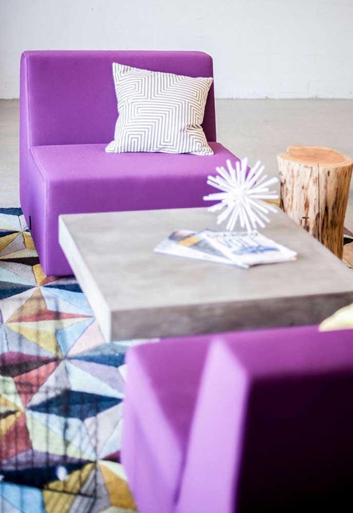 Quer algo mais estiloso do que um sofá roxo? Então aposte em dois no mesmo tom para decorar a sua sala.