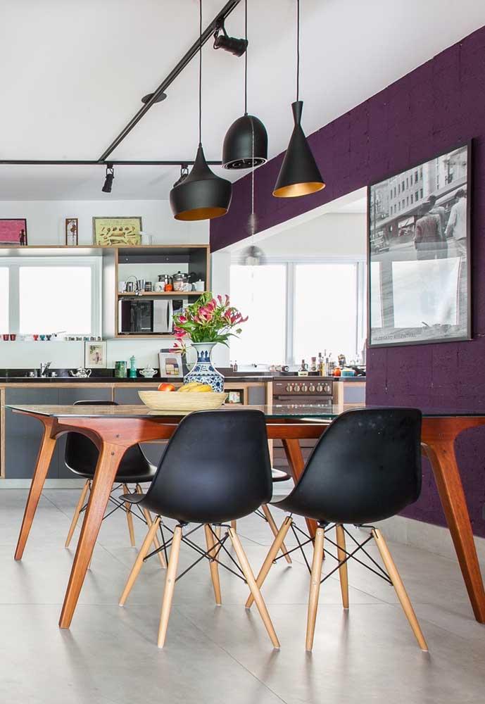 Na cozinha, você pode usar a cor roxa na parede que faz a divisão dos cômodos.