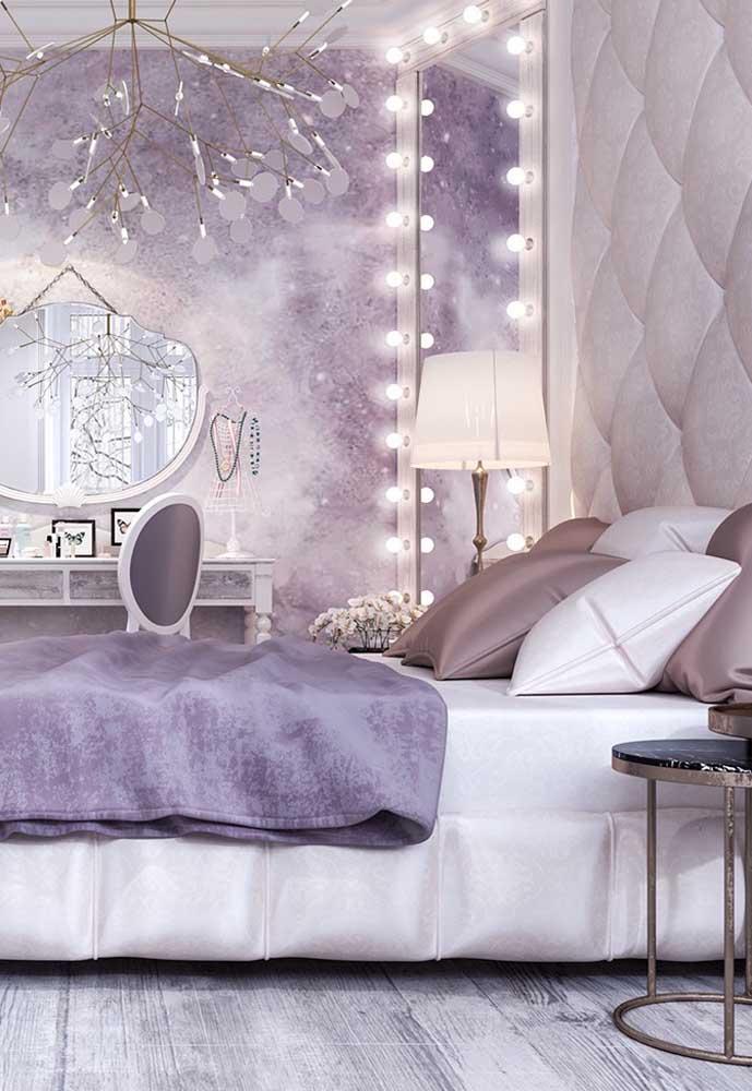 Já viu um quarto mais luxuoso que esse? Para seguir a mesma linha, misture as cores roxa e cinza.