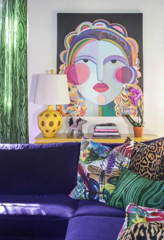 O sofá roxo mais uma vez ganha destaque na decoração mais personalizada da sala de estar.