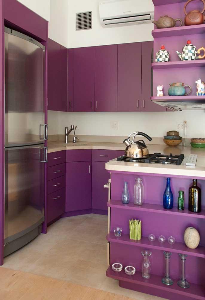 Saiba escolher perfeitamente itens decorativos que combinem com a cor roxa dos armários da cozinha.