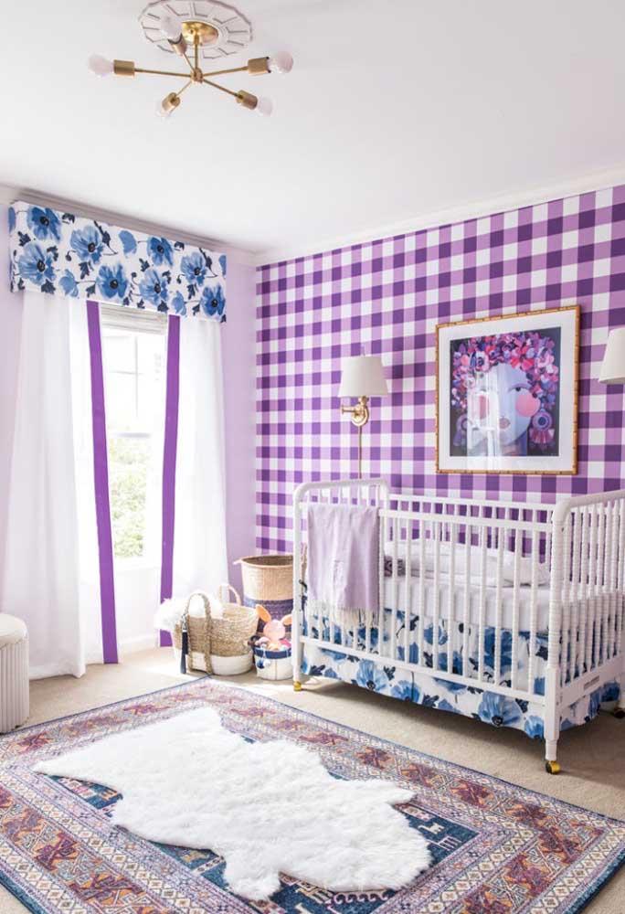 Olha o papel de parede usado nesse quarto de bebê. Seguindo o estilo quadriculado com diferentes tons de roxo.