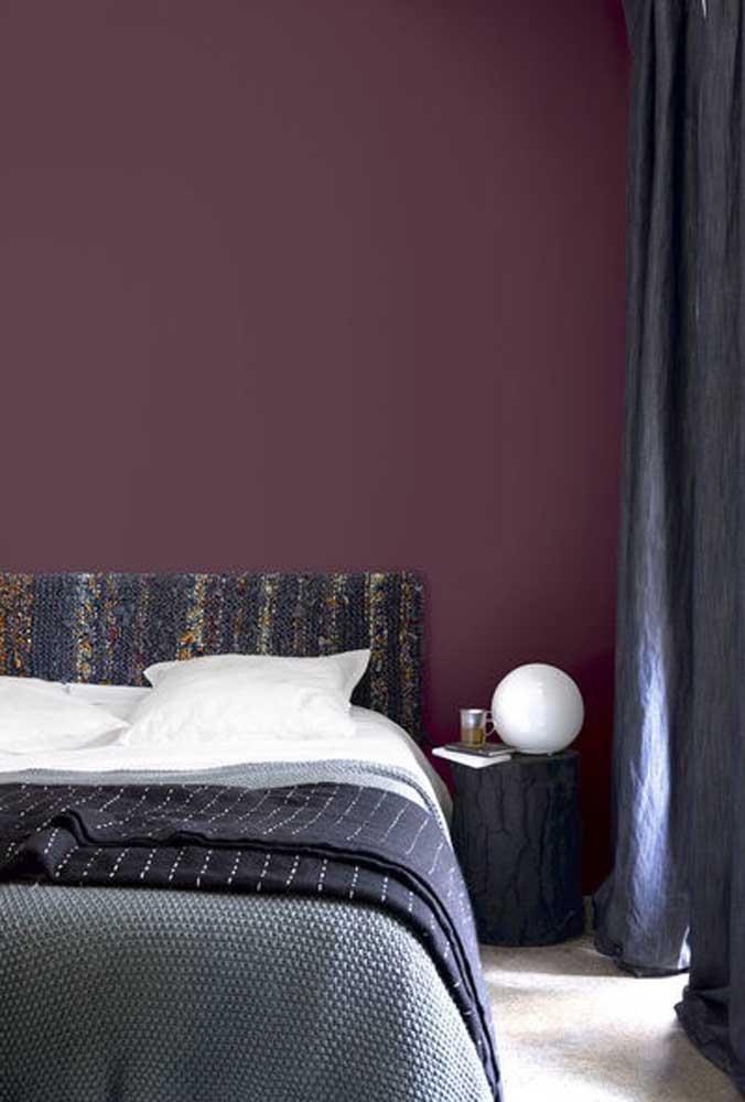 Mas há também a opção de deixar a parede apenas na cor roxa e fazer combinações com os tons de cinza.