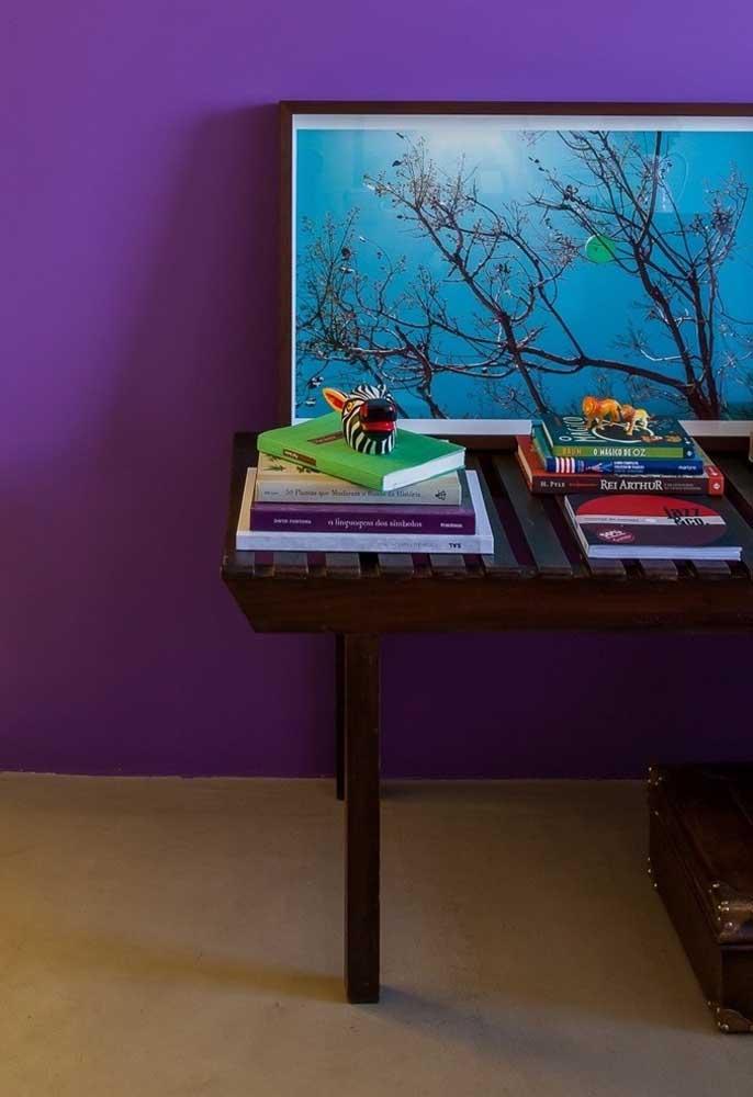 Um belo quadro pode fazer uma enorme diferença na decoração da parede com a cor roxa.