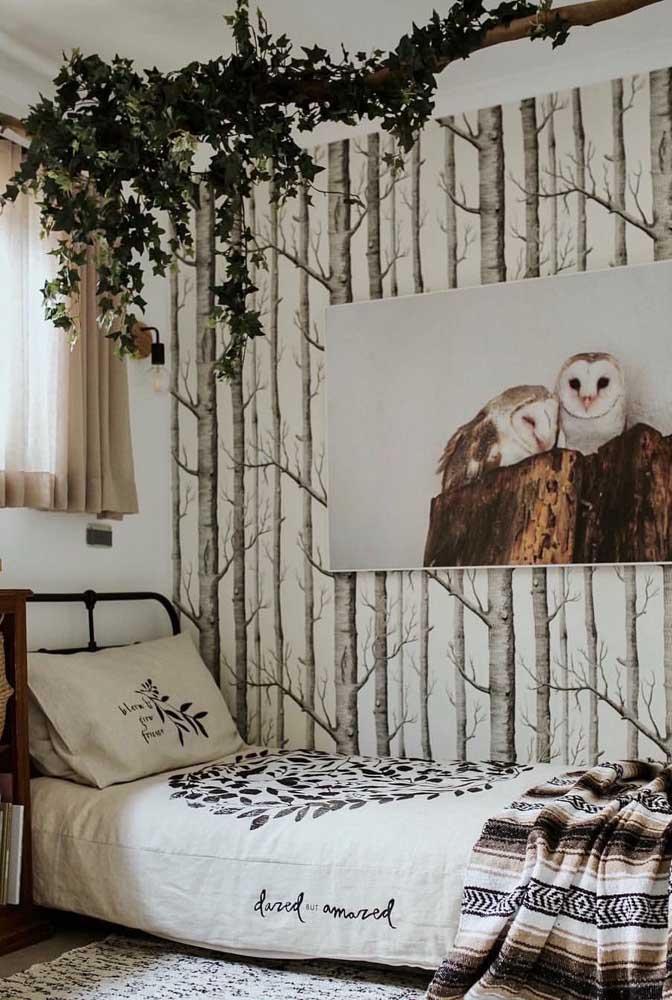 Nesse quarto cheio de referências rústicas e naturais, a trepadeira se apoia no tronco de árvore suspenso