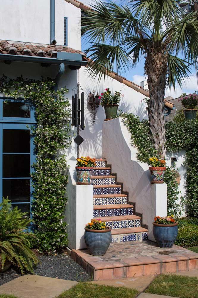 Essa charmosa casa de campo não seria a mesma sem a presença do verde das plantas, em especial da trepadeira que emoldura a porta de entrada