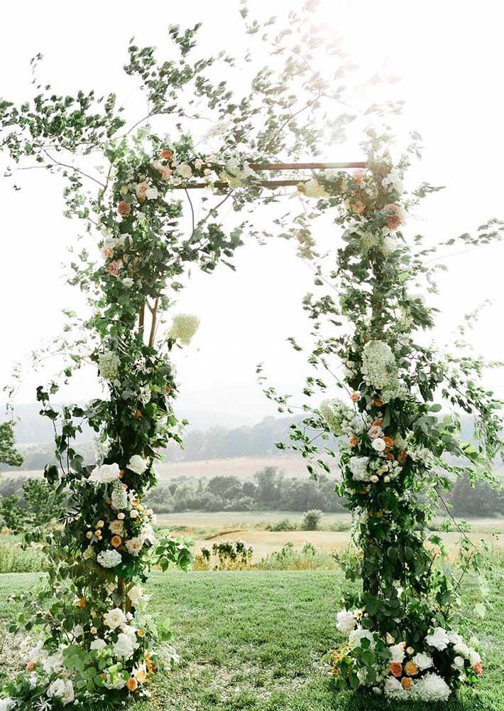 Arco de trepadeira hera adornado por flores; ideal para cerimônias de casamento