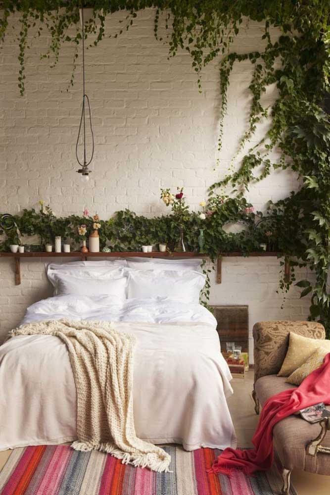 No quarto do casal, a trepadeira forma um lindo desenho na parede de tijolinhos brancos reforçando o visual rústico da decor
