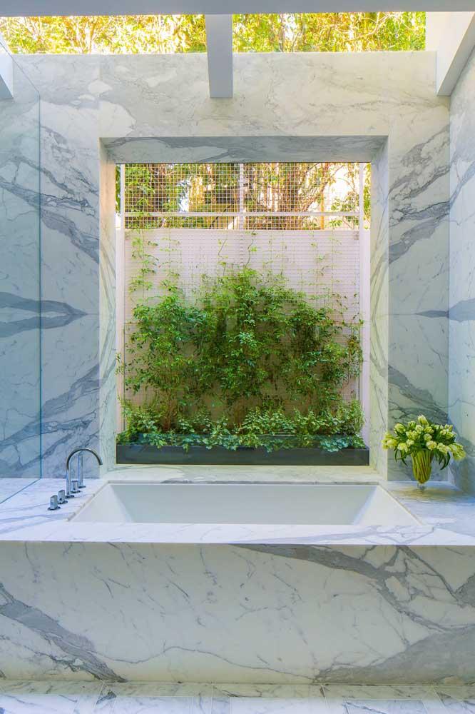 O pequeno jardim vertical com trepadeiras deixa o banho de banheira ainda mais relaxante