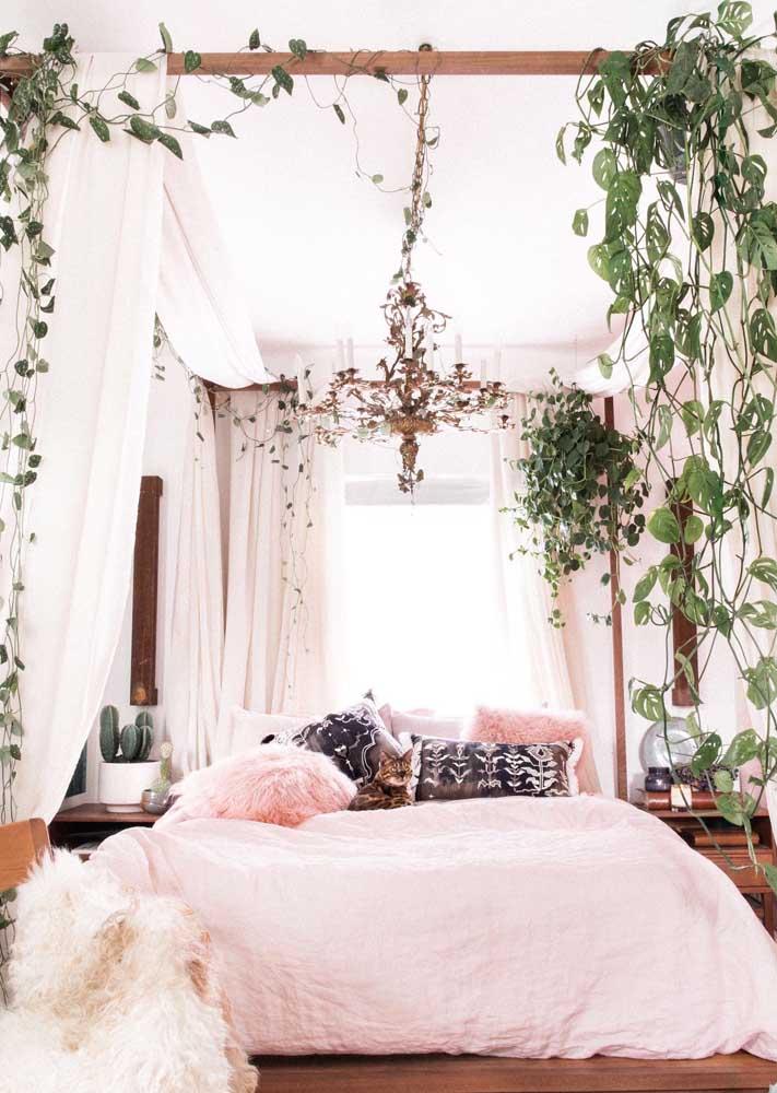 Que proposta linda e aconchegante de quarto de casal! Aqui, o dossel da cama se tornou o apoio perfeito das trepadeiras