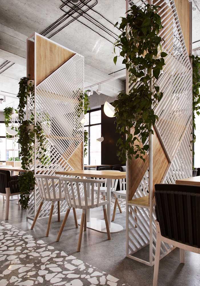 A estrutura de metal e madeira é o suporte perfeito para essas jiboias plantadas no vaso.