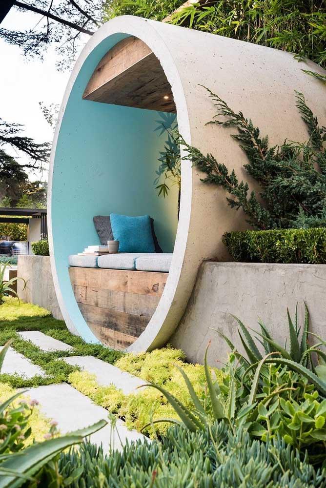Simplicidade e muito verde são a regra desse jardim moderno que tem vista para o espaço gourmet da casa