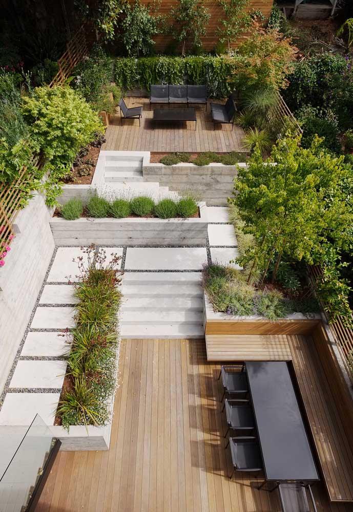 Os detalhes desse jardim moderno falam por si só; destaque para as formas geométricas nas paredes com muito verde
