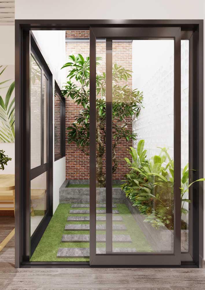 O jardim moderno pequeno trouxe revestimentos lisos e canteiros em alvenaria para as plantas escolhidas