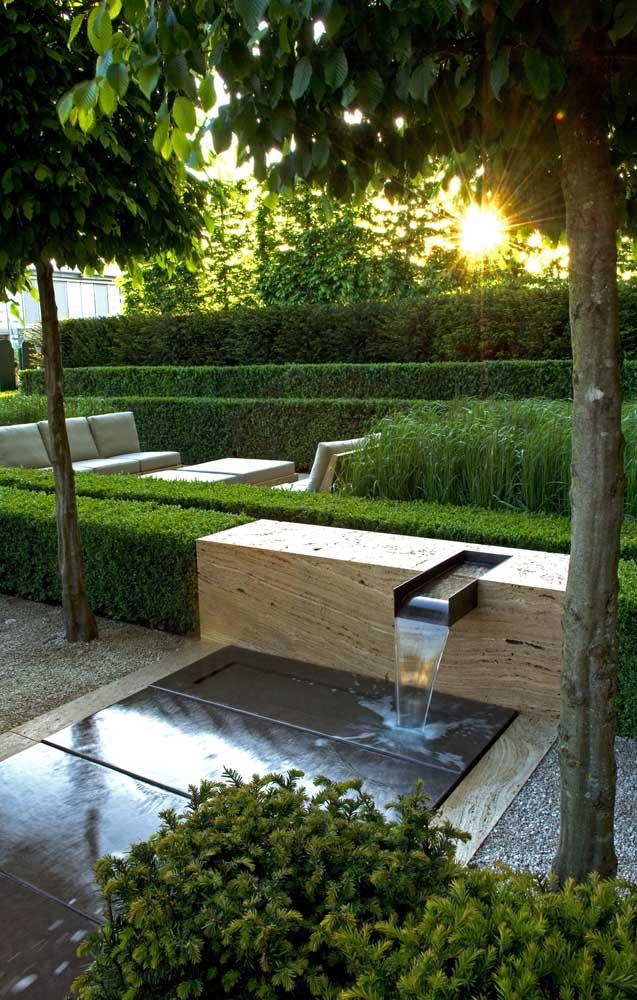 Inspiração de jardim moderno com fonte em estrutura de madeira instalada no centro do espaço