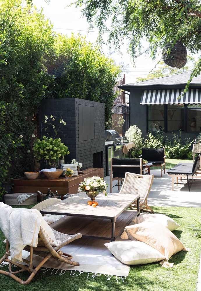 Conforto é a palavra de ordem desse jardim moderno, com almofadas e mesa baixa para aproveitar ao máximo o gramado