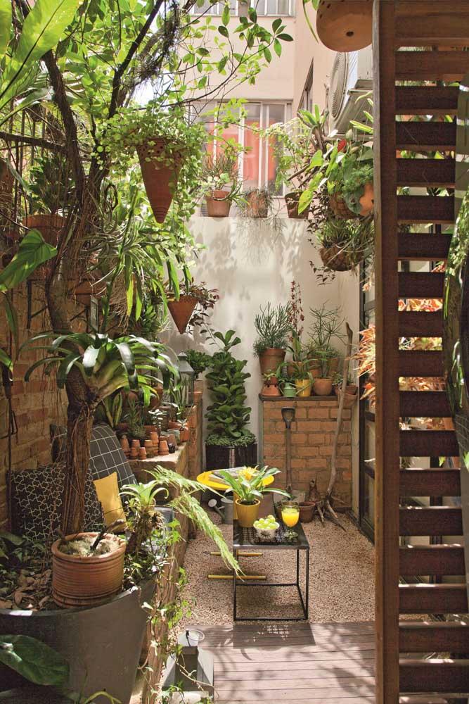 Simplicidade também forma jardins modernos; esse trouxe um toque de rusticidade com a parede de tijolinhos e o chão de pedrinhas