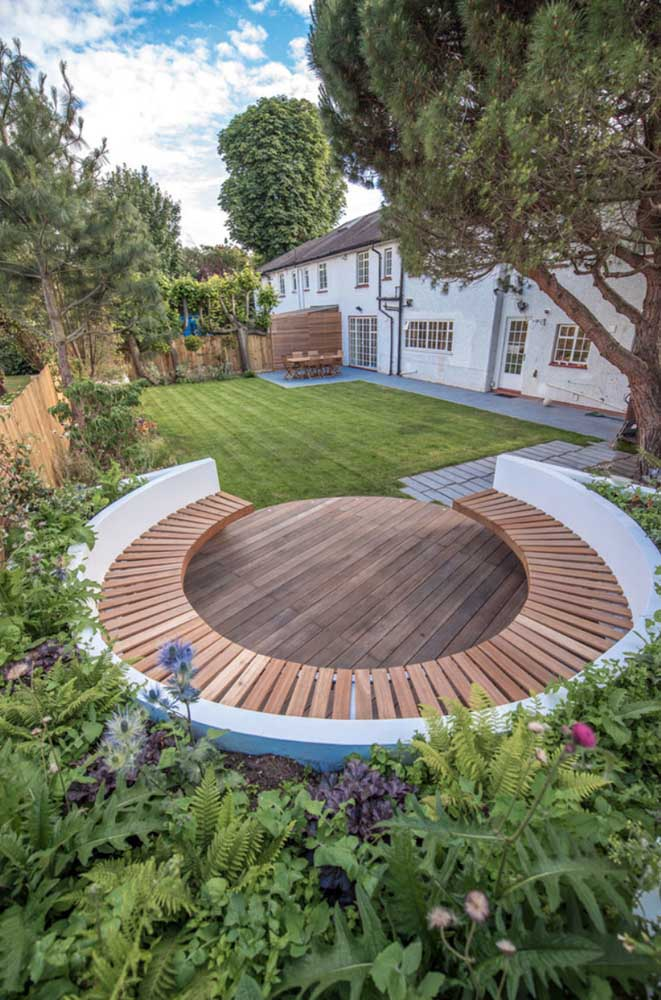 Destaque para este local especial montado em meio ao jardim da casa para os momentos junto aos amigos e família