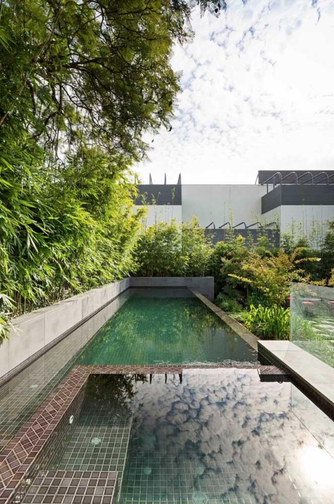 Lago artificial para o jardim moderno com destaque para o canteiro repleto de verde