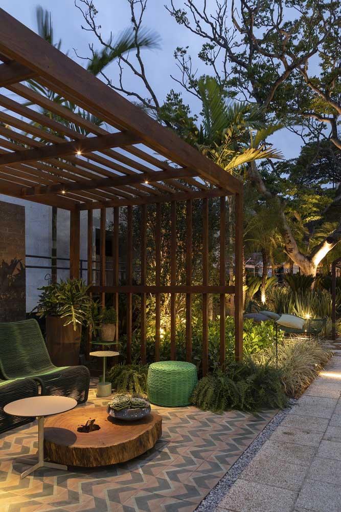 A pérgola no jardim moderno ajuda a abrigar aquele espaço especial e intimista em meio a natureza