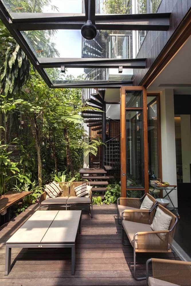 Jardim moderno na varanda da casa com teto em vidro