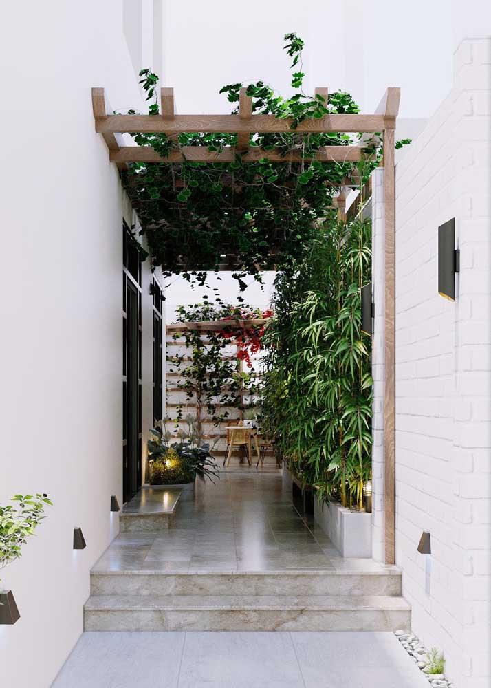 A pérgola levou para este corredor um jardim moderno que não precisou de muito espaço para se mostrar presente