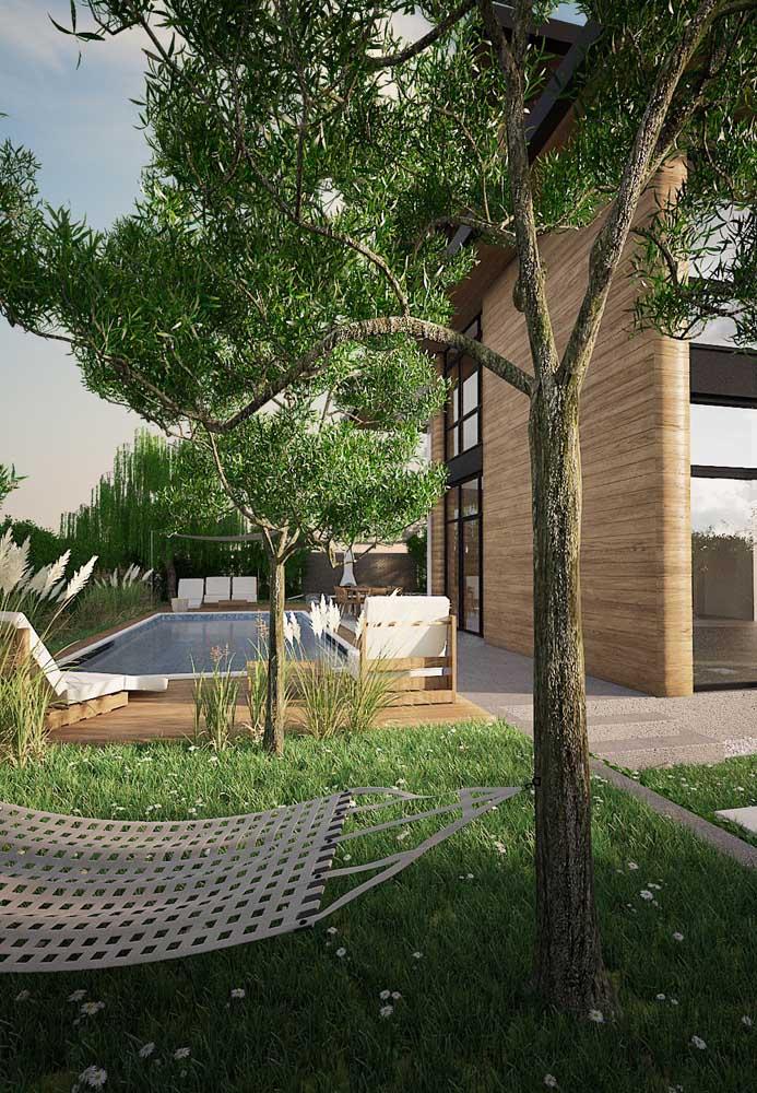 Árvores medianas e revestimentos em madeira são interessantes combinações para um jardim moderno