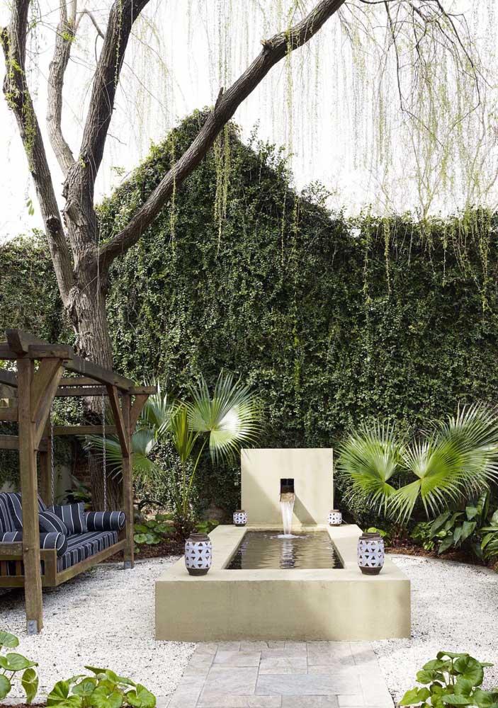 Uma inspiração de tirar o fôlego: esse jardim moderno ganhou um lago artificial com fonte em alvenaria e palmeiras ao seu redor