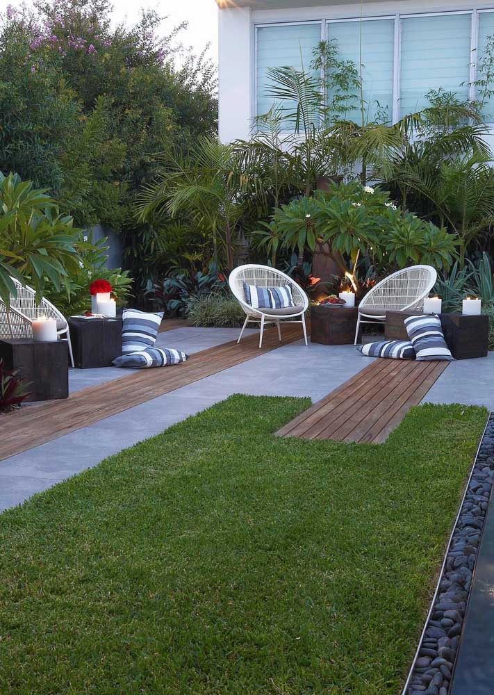 Esse jardim moderno ganhou peças contemporâneas e super confortáveis para curtir o verde do local