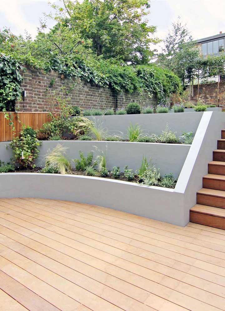 Nesse jardim moderno, o destaque vai para o canteiro em níveis acompanhando a altura da escada
