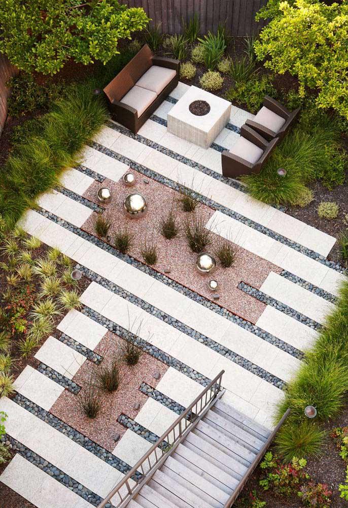 Jardim moderno visto de cima; destaque para as placas no chão e para a escolha dos arranjos centrais