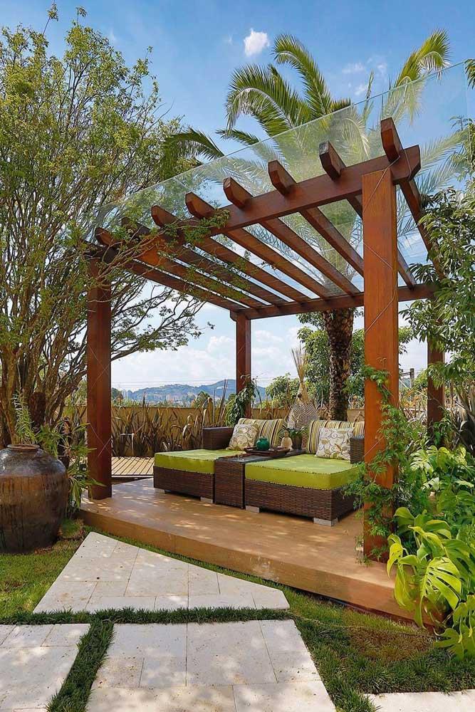 Esse jardim moderno ficou super confortável e aconchegante com a pérgola e as espreguiçadeiras em madeira
