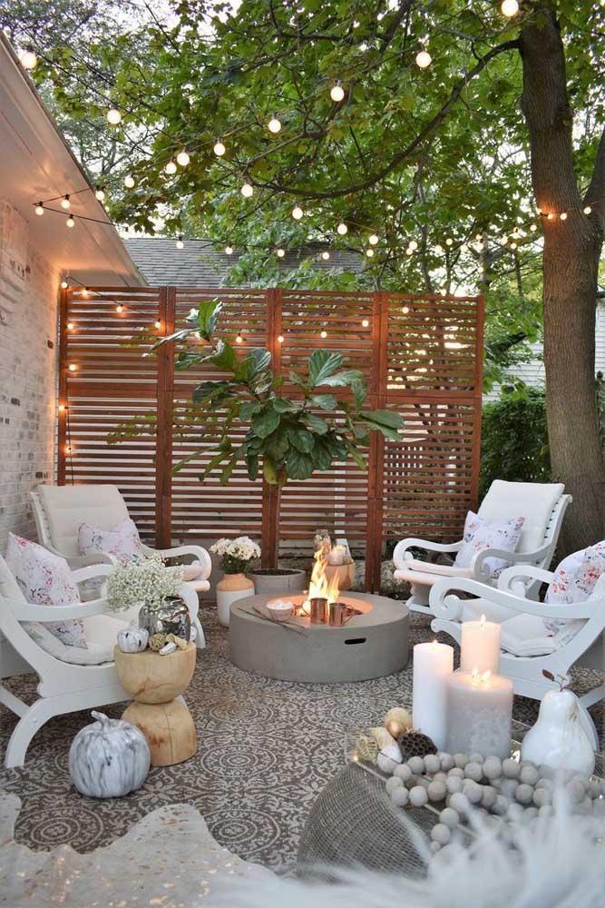 Um espaço perfeito para o convívio com amigos e familiares em meio ao jardim moderno; destaque para as peças em alvenaria