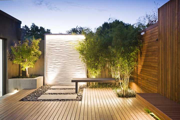 Jardim moderno minimalista com iluminação em spots localizados estrategicamente