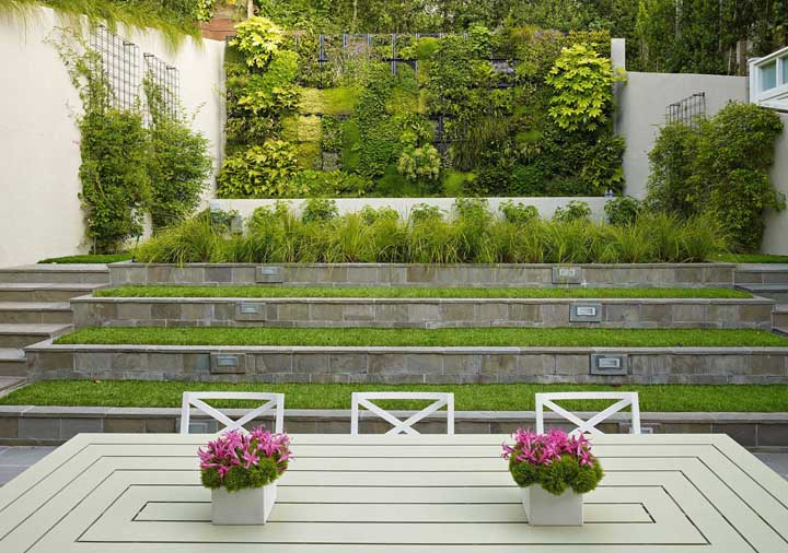Um visual incrível para este jardim moderno em níveis; destaque para a cerca viva ao fundo