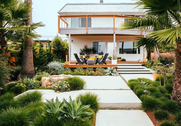 A fachada desta casa foi incrivelmente valorizada com o jardim moderno