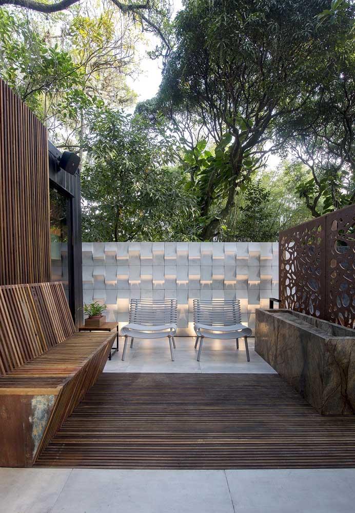 A iluminação é importantíssima para o visual do jardim moderno; aqui, pontos de LED foram incluídos entre as peças da parede