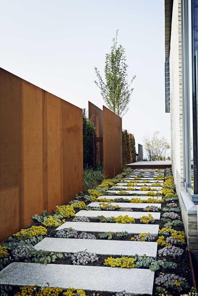 Muro de casa construído com aço corten; modernidade e estilo para a fachada