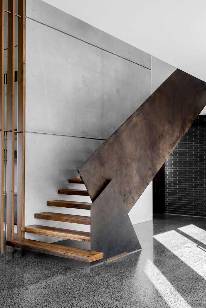 A sofisticação e modernidade do aço corten foi complementada com o uso do cimento queimado na parede