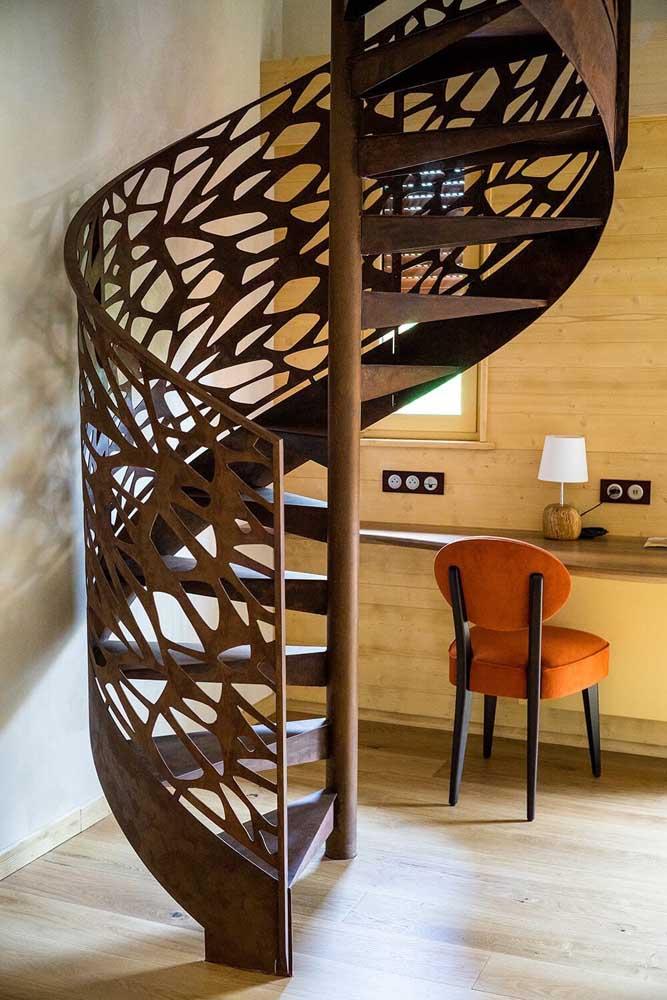 Olha essa escada! Impossível saber o que impressiona mais: o desenho, o material ou o formato