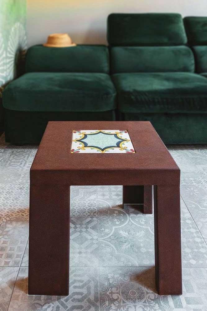 Móveis e outros objetos também podem ser construídos com aço corten, a exemplo dessa mesinha de centro