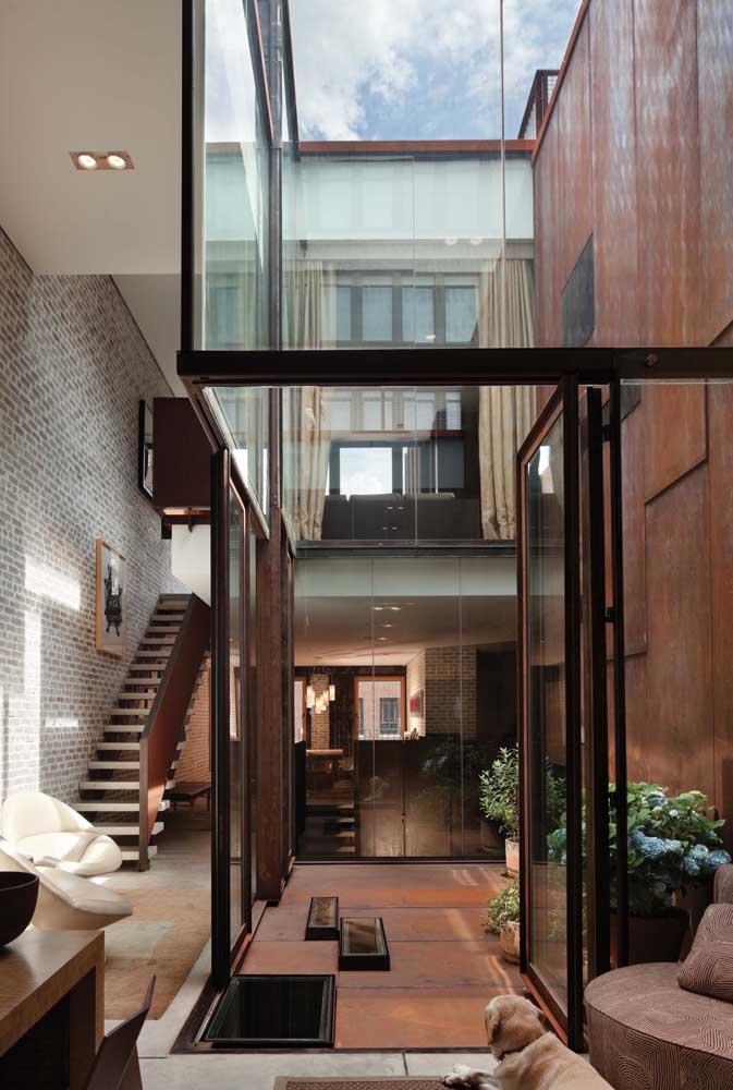 Aqui, o aço corten participa da estética dentro e fora da casa