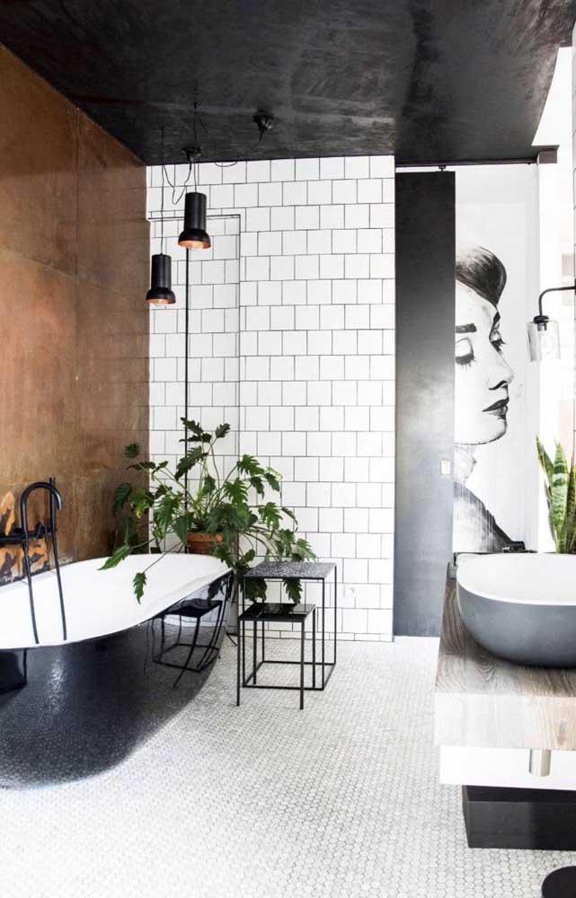 Esse banheiro preto e branco ganhou o contraste da parede de aço corten