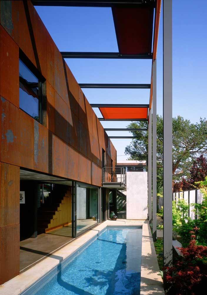 O aço corten fechou com chave de ouro o projeto da fachada dessa casa com piscina