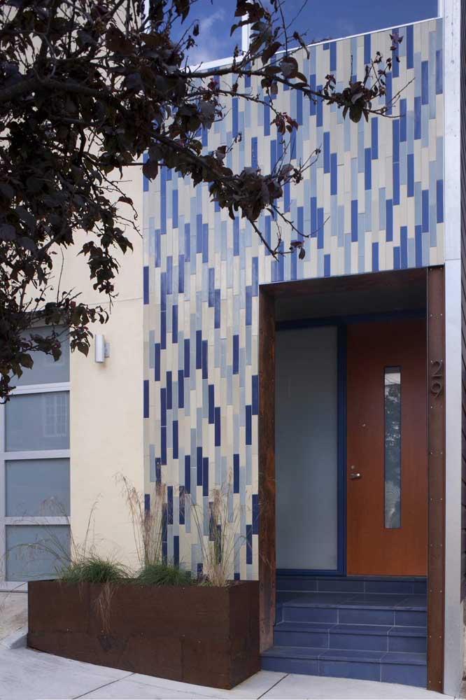 Detalhes em aço corten para a fachada dessa casa pé na rua